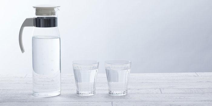 常温水を飲む